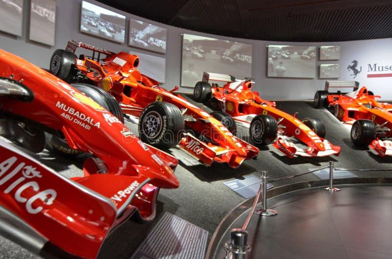 Bij het Ferrari-museum, de ruimte waar Formule van wereldklasse 1 winnende auto's wordt getoond royalty-vrije stock fotografie