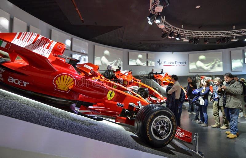 Bij het Ferrari-museum, de ruimte waar Formule van wereldklasse 1 winnende auto's wordt getoond stock afbeeldingen