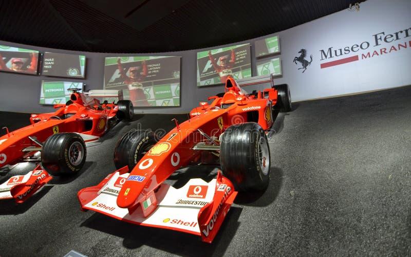 Bij het Ferrari-museum, de ruimte waar Formule van wereldklasse 1 winnende auto's wordt getoond royalty-vrije stock afbeelding