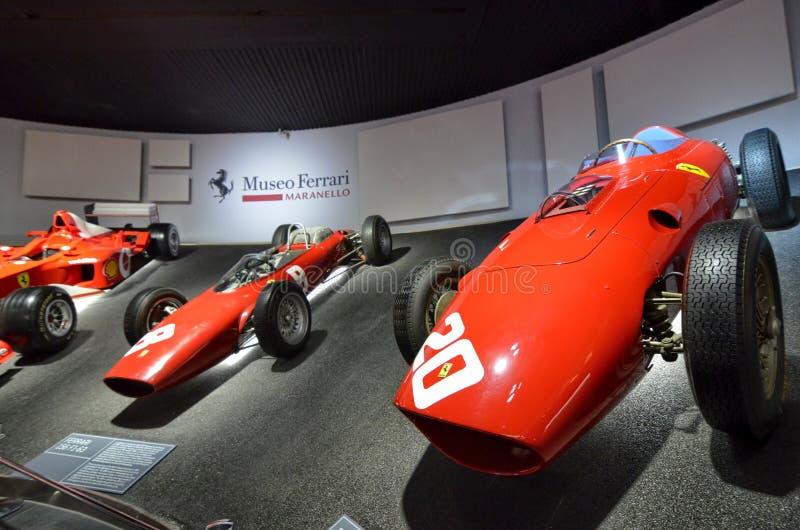 Bij het Ferrari-museum, de ruimte waar Formule van wereldklasse 1 winnende auto's wordt getoond royalty-vrije stock foto's