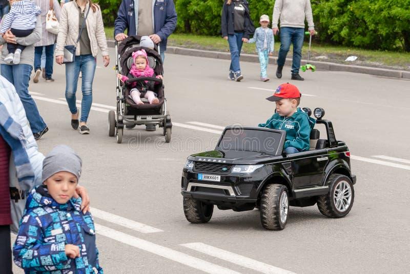 Bij het festival, kinderenrit over grote stuk speelgoed auto's royalty-vrije stock foto's