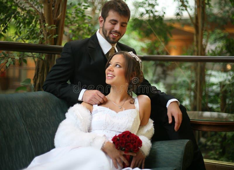 Bij het huwelijk stock foto