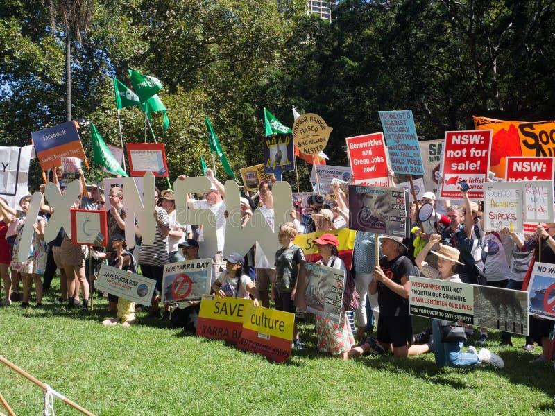 Bij Hyde-park, verbindt honderd van protesteerder om Groene politieke partij voor besparing NSW en het verboden westen van Sydney stock foto