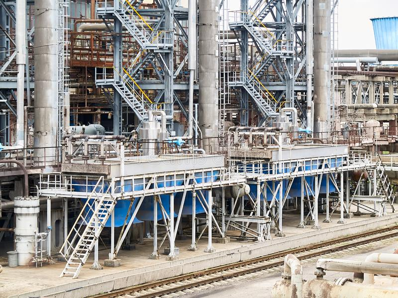 Bij moderne chemische installatie Luchtkoelingssysteem met elektrische motoren en synthesekolommen van chemische productie royalty-vrije stock foto