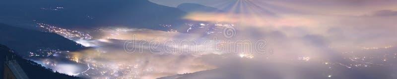 Bij nacht, golven van mist stock fotografie