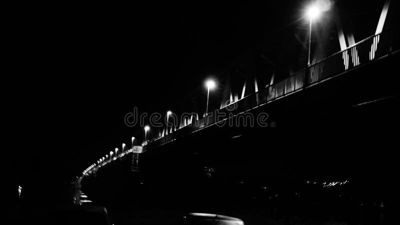 Bij nacht onder de brug stock foto's