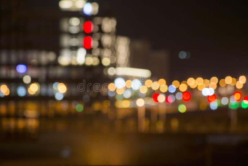 Bij nacht, worden de stadsstraten helder aangestoken royalty-vrije stock fotografie