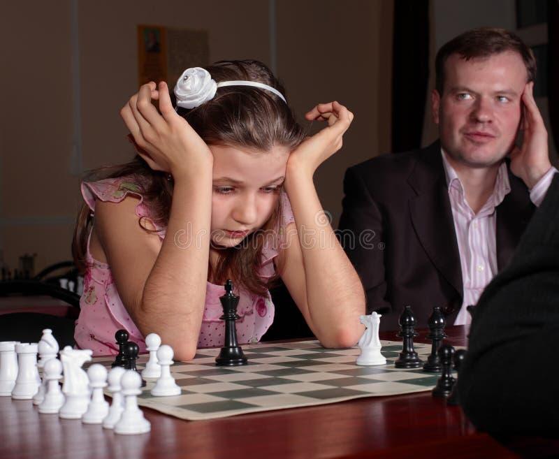Bij schaak de opleiding met schaaktrainer royalty-vrije stock afbeelding