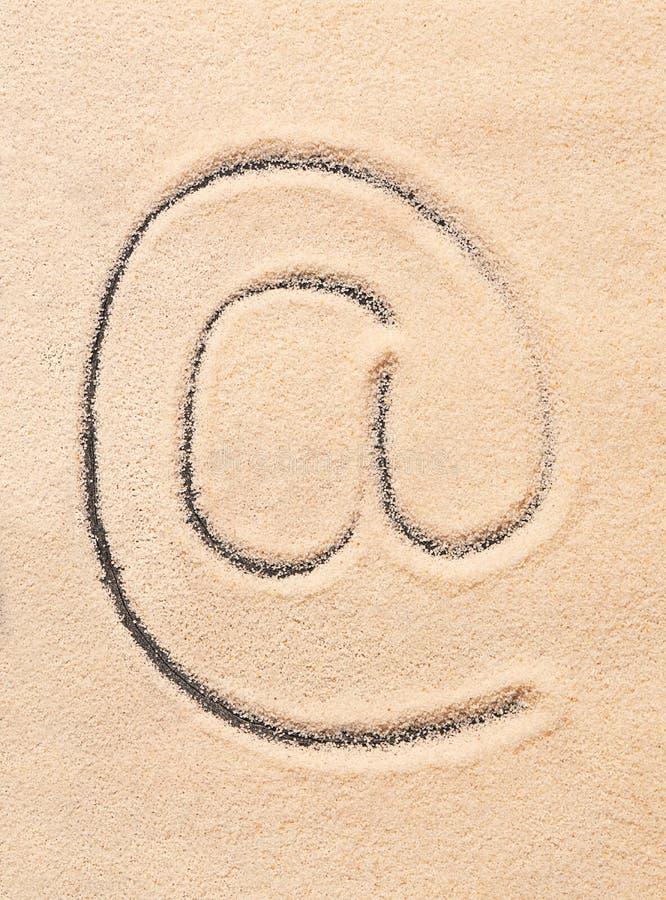 BIJ symbool, e-maildieadrespictogram op zand wordt getrokken stock foto's