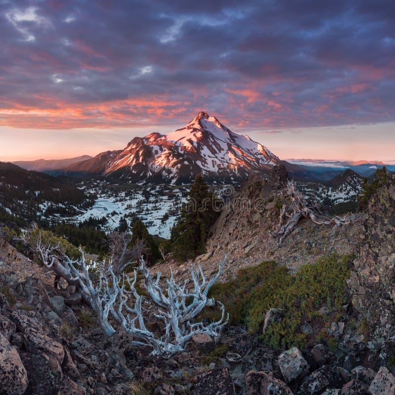 Bij 10.492 voet hoog, is MT Jefferson de tweede langste berg van Oregon Zet Jefferson Wilderness Area, Oregon de op behandelde sn royalty-vrije stock afbeelding