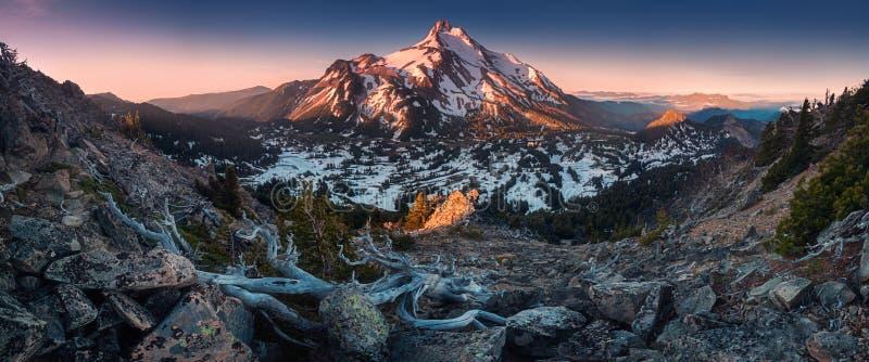 Bij 10.492 voet hoog, is MT Jefferson de tweede langste berg van Oregon Zet Jefferson Wilderness Area, Oregon de op behandelde sn stock afbeelding