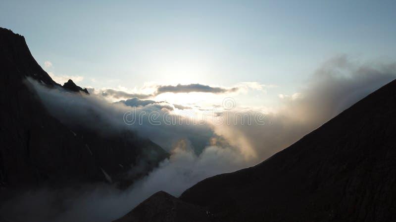 Bij zonsondergang, wolkenvlieg in de kloof De stralen van de uitgaande zon worden gezien voorbij de horizon royalty-vrije stock afbeeldingen