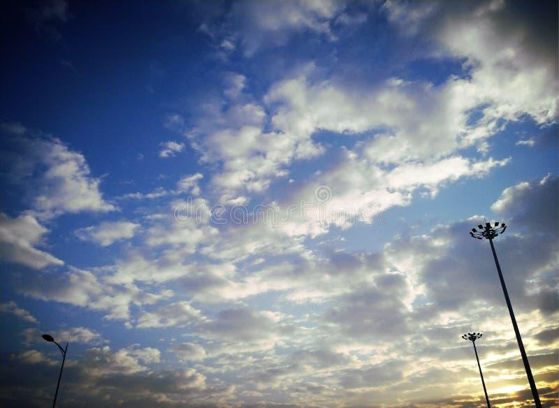 Bij zonsopgang is de hemel blauw en de wolken zijn wit royalty-vrije stock afbeelding