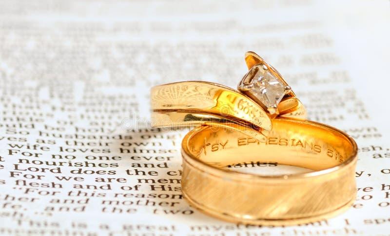 Bijbel & trouwringen stock afbeeldingen