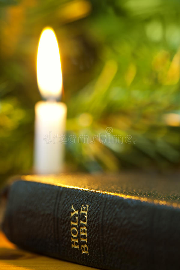 Bijbel en de Kaars van Kerstmis royalty-vrije stock afbeeldingen