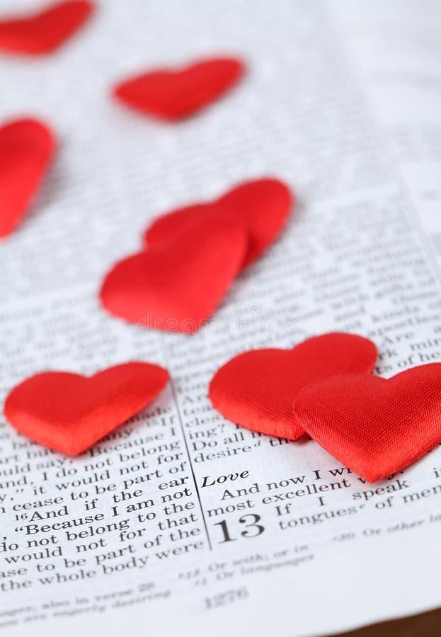 Bijbel en harten stock foto's