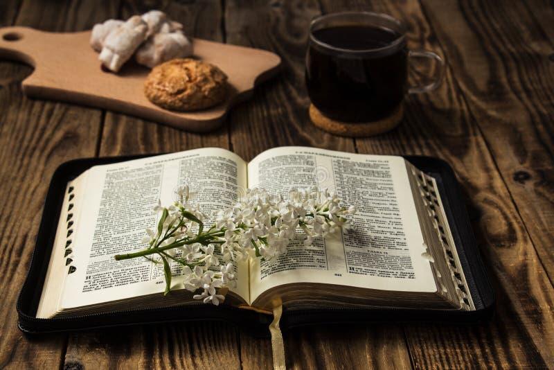 Bijbel en Koffie stock foto's