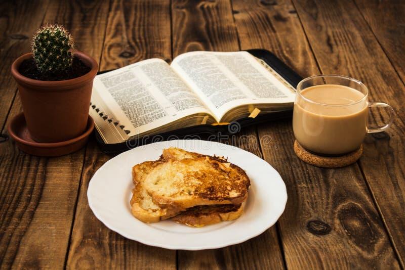 Bijbel en koffieontbijt met toost royalty-vrije stock afbeelding