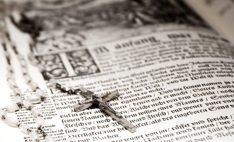 Bijbel en Rozentuin stock foto