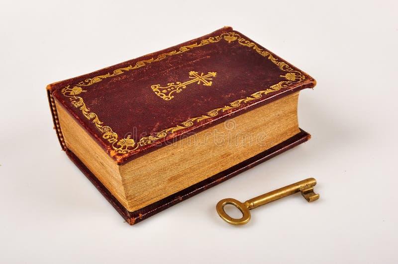Download Bijbel met sleutel stock afbeelding. Afbeelding bestaande uit boeken - 39106645
