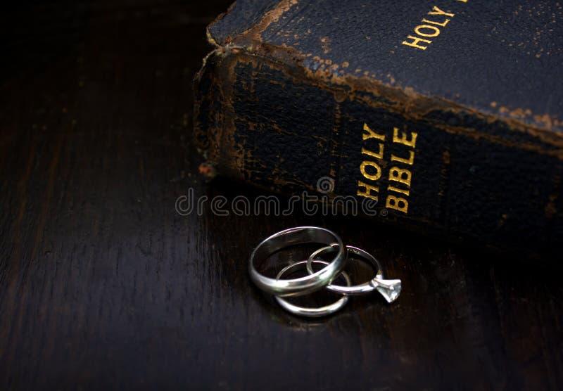 Bijbel met Trouwringen royalty-vrije stock fotografie