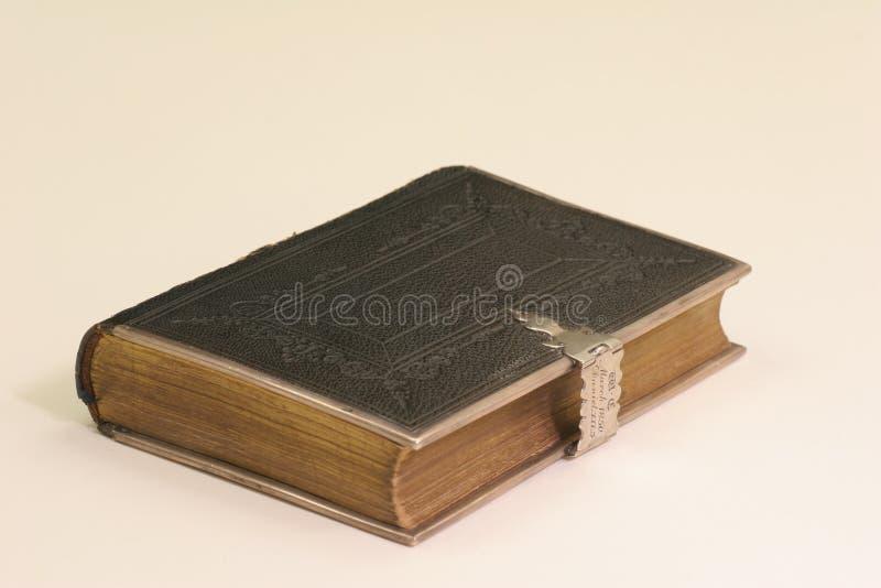 Bijbel met zilveren greep stock afbeelding