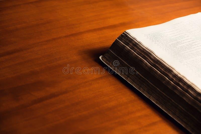 Bijbel op houten bureau stock afbeelding