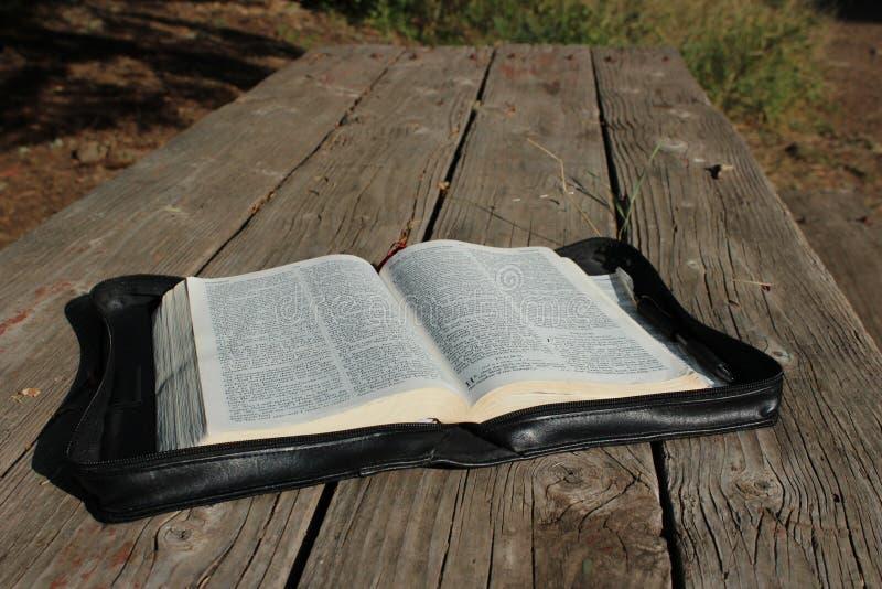 Bijbel op Houten Lijst stock afbeelding