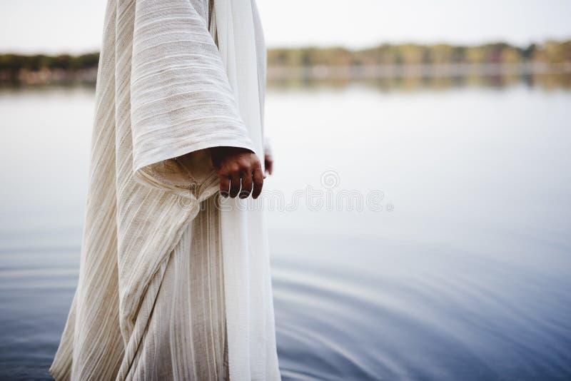 Bijbelse scène - van Jezus Christus die in het water wandelt met een vervaagde achtergrond royalty-vrije stock foto's