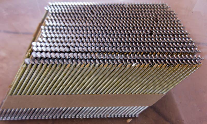 Bijdragen van spijkers tot het pneumatische die pistool door degenen wordt geschikt stock fotografie