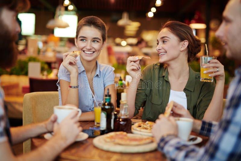 Bijeenkomst in Pizzarestaurant stock foto's