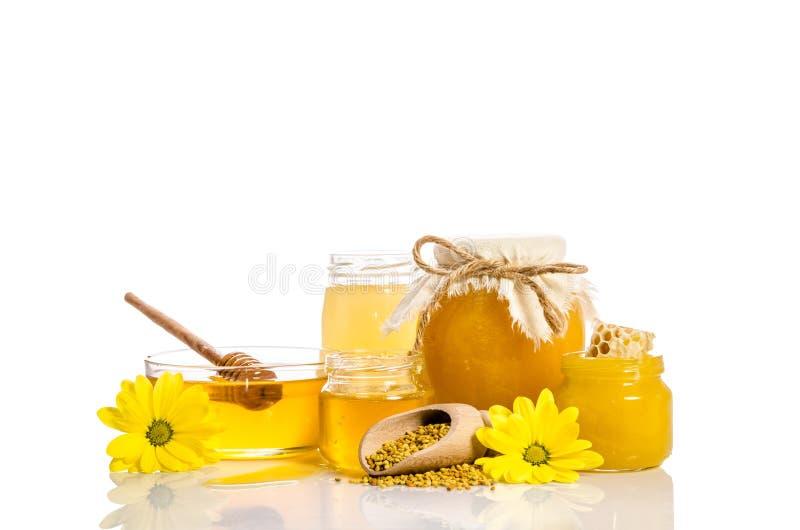 Bijenproducten: honing, stuifmeel, honingraat op witte achtergrond royalty-vrije stock foto