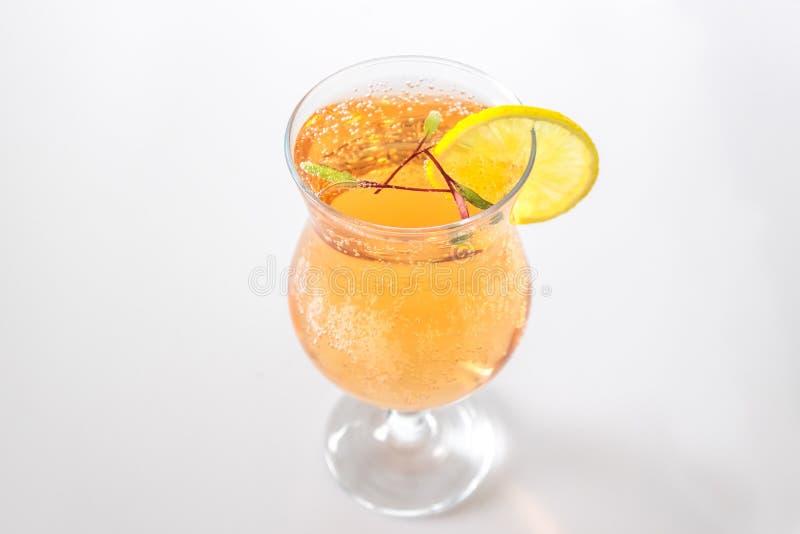Bijentemicrogroenen, gebruikt als garnaal voor cocktail of mocktail met fizzy belletjes stock fotografie