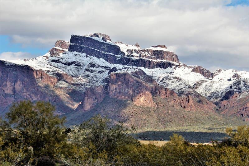 Bijgeloofbergen Arizona, het Nationale Bos van Tonto, Apache-Verbinding, Arizona, Verenigde Staten stock fotografie