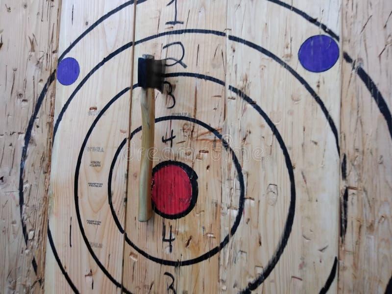 Bijl die Doel, Houthakkersbijl werpen die Bullseye werpen stock foto