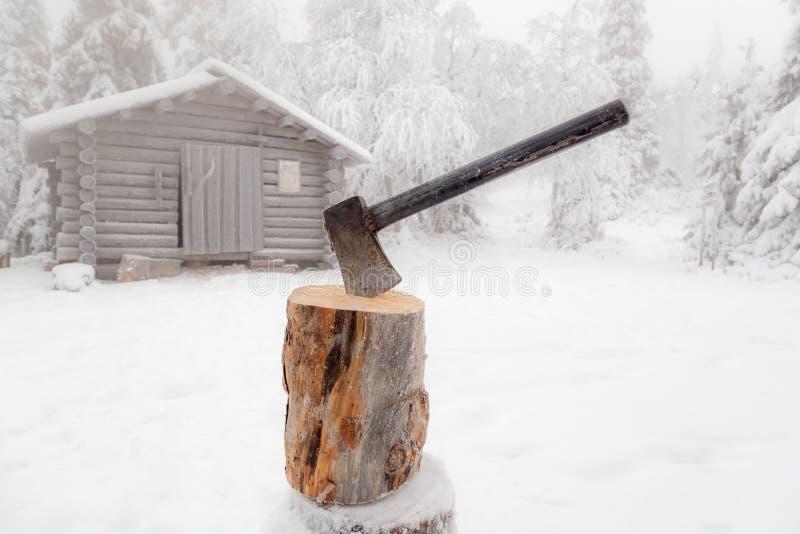 Bijl in logboek van hout wordt geplakt dat royalty-vrije stock foto