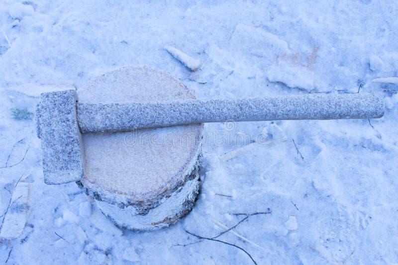 Bijl met sneeuw wordt behandeld die Verminderde productiviteit stagnatie stock foto