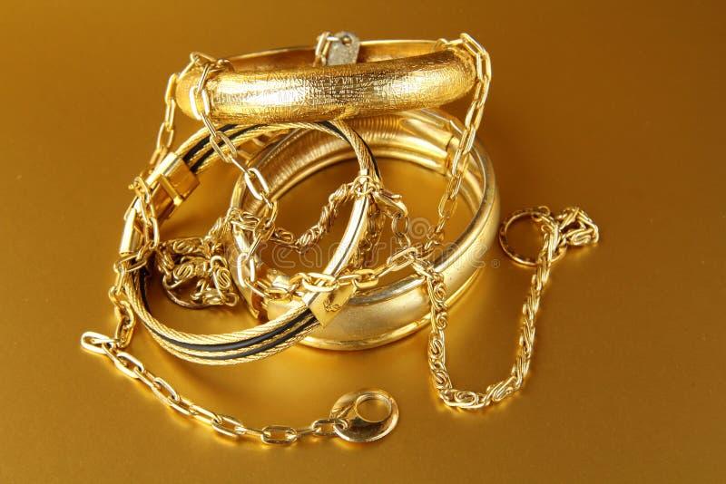 Bijou, bracelets et réseaux d'or photos stock