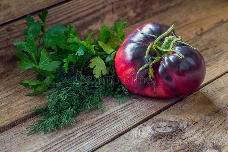 Bijou d'améthyste de race de tomate avec l'herbe parfumée photographie stock libre de droits