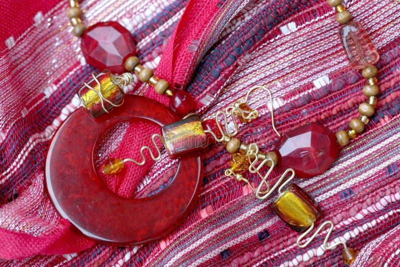 Bijou fabriqué à la main : Collier et boucles d'oreille rouges photo libre de droits