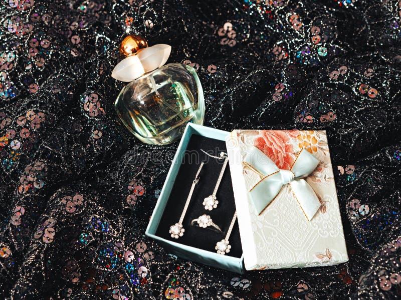 Bijouterie e perfume do presente fotografia de stock royalty free