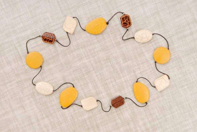 Bijouterie elegante, grânulos amarelos, colar bonita, texto fotos de stock
