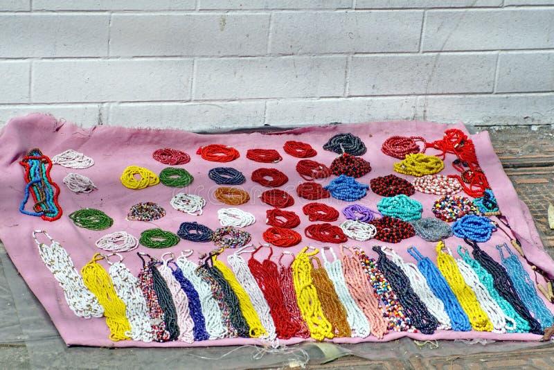 Bijoux à vendre sur un trottoir images libres de droits