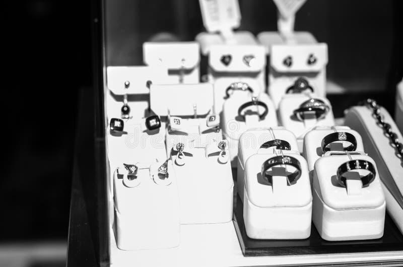 Bijoux, anneaux sur un étalage image libre de droits