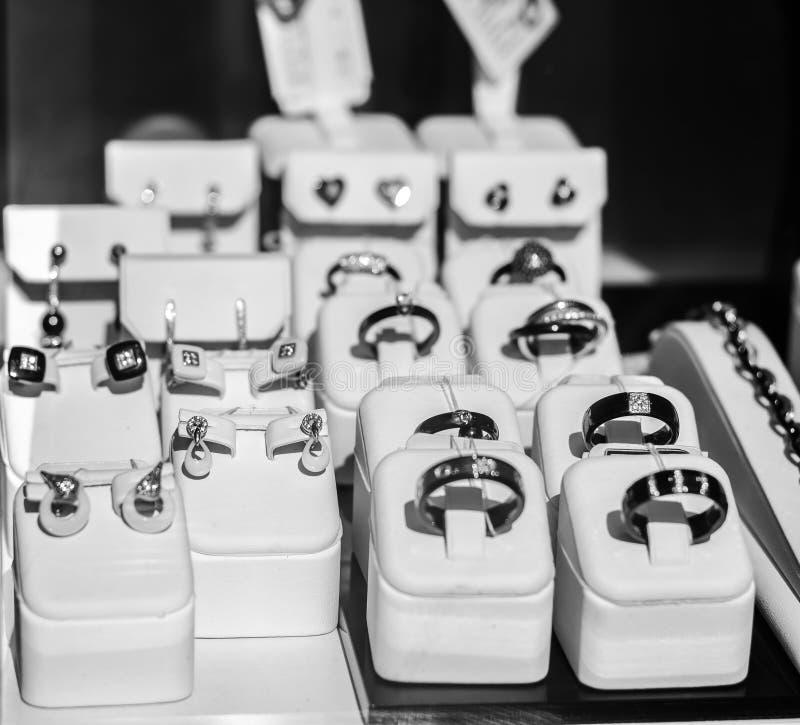 Bijoux, anneaux sur un étalage images libres de droits
