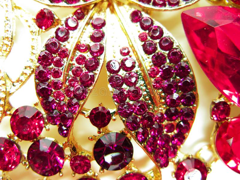 Bijoux avec la mode lumineuse de luxe de broche de cristaux photos stock