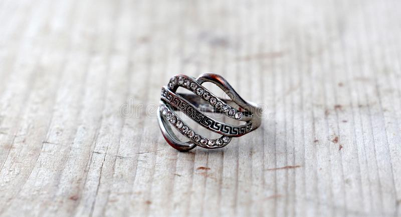 Bijoux, benutzter Ring mit Edelsteinen auf hölzernem Hintergrund stockbild