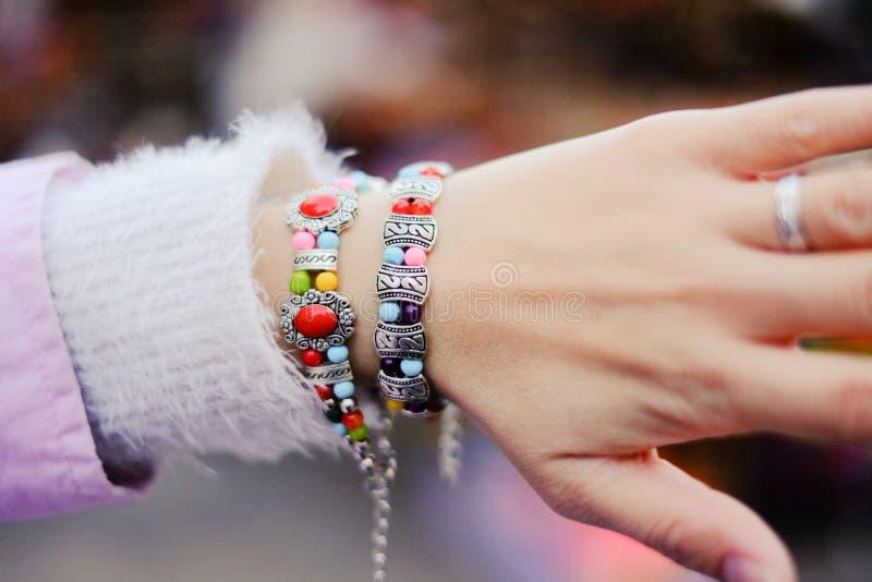 Bijoux chinois de minorité ethnique sur les mains d'une femme images libres de droits
