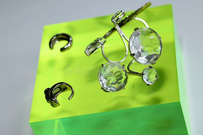 Bijoux cr??s en partenariat avec Ines Di Santo et Ciner pr?sent? pendant la mode nuptiale d'Ines Di Santo Spring 2020 images libres de droits
