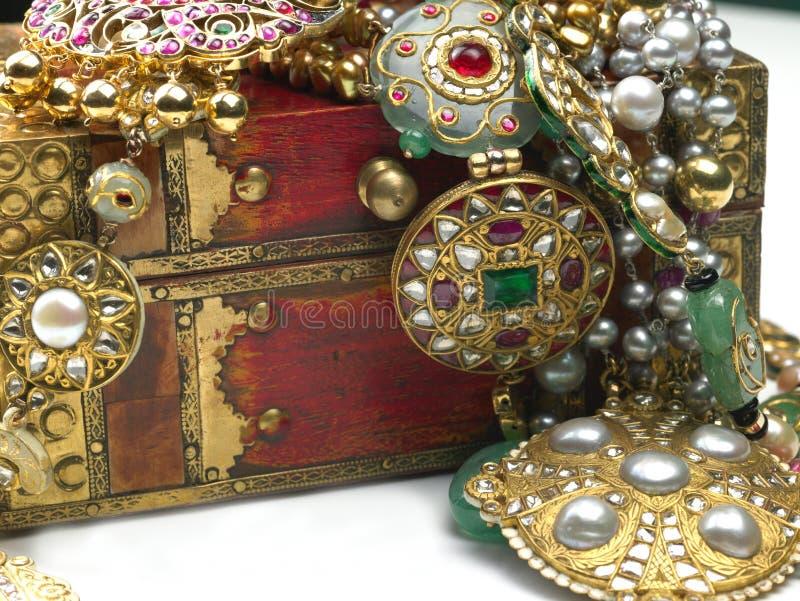 Bijoux dans le cadre de bijou photos stock